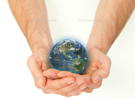Masculine hands holding a planet globeの写真素材 [FYI00487469]
