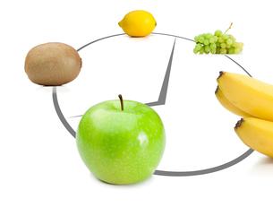 Fruits lying on clockの写真素材 [FYI00487487]