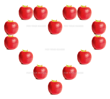 Red apples shaping a heartの写真素材 [FYI00487490]