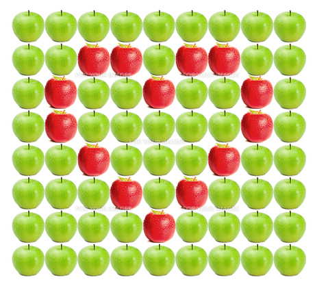 Green wet apples with red apples in heart shape in betweenの素材 [FYI00487505]