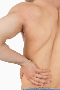 Young male having back painの写真素材 [FYI00487507]