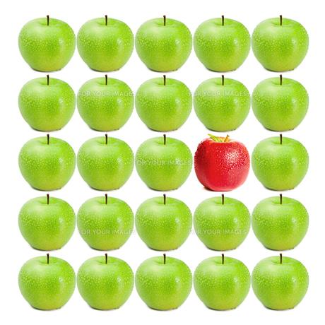Green wet apples surrounding red appleの素材 [FYI00487510]