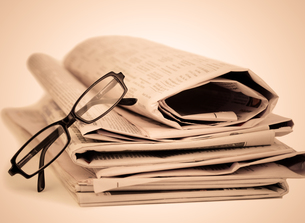 Newspapers and black glassesの写真素材 [FYI00487514]