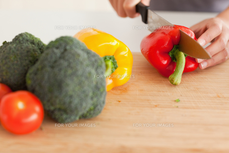 Woman hands cooking vegetables while standingの写真素材 [FYI00487522]