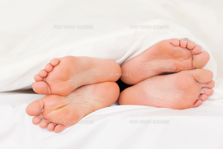 Two pair of feetの写真素材 [FYI00487531]