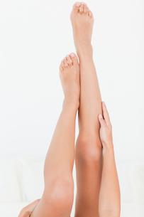 womans legs raised up highの写真素材 [FYI00487555]