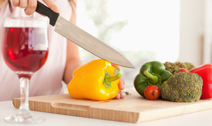 Woman cutting a pepperの写真素材 [FYI00487566]