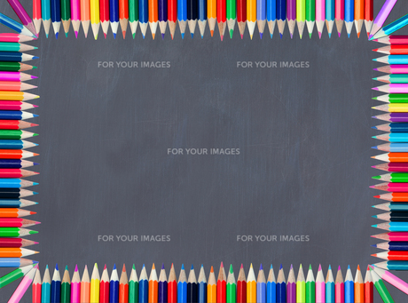 Blackboard framed with colored pencilの写真素材 [FYI00487573]