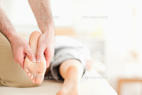 Male masseur massaging a womans feetの素材 [FYI00487575]