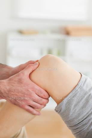 Guy massaging a lying womans kneeの素材 [FYI00487585]