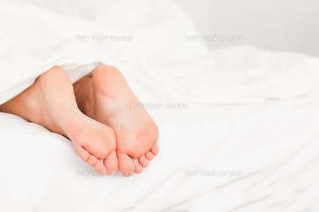 Two feet in a bedの写真素材 [FYI00487589]