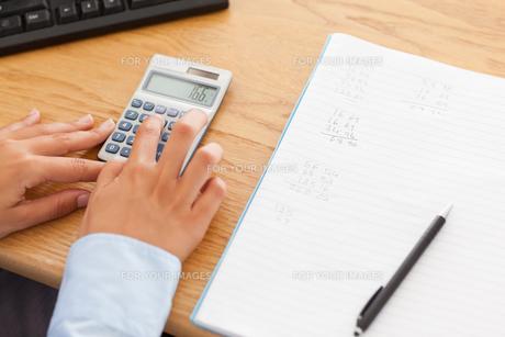Woman calculatingの写真素材 [FYI00487601]