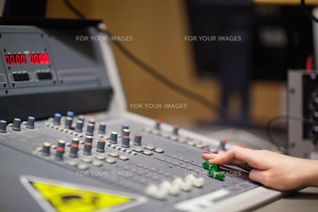 Feminine hand setting the soundの素材 [FYI00487605]