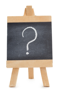 Chalkboard with a question mark written on itの写真素材 [FYI00487618]