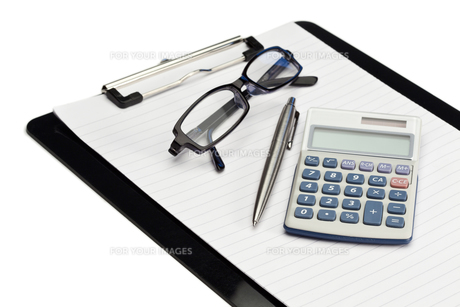 Angled note pad, pen, glasses and pocket calculatorの写真素材 [FYI00487620]