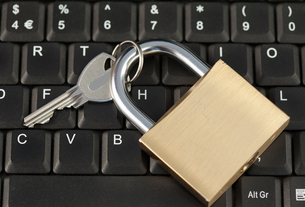 Padlock and key on a keyboardの写真素材 [FYI00487627]
