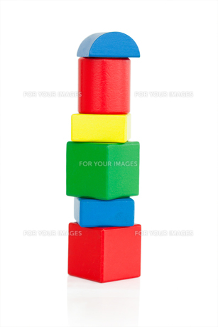 Colorful wooden kids blocks on a white backgroundの素材 [FYI00487632]