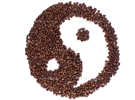 Coffee beans arranged in an artistic designの写真素材 [FYI00487633]