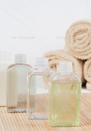 Close up of massage oils and towelsの素材 [FYI00487655]