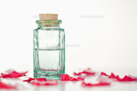 Pink petals and glass flaskの写真素材 [FYI00487686]