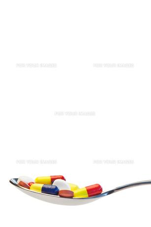 Spoon full of pillsの写真素材 [FYI00487690]