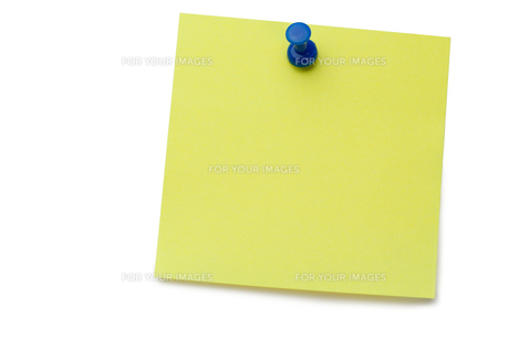 Yellow postit with a drawing pinの写真素材 [FYI00487694]