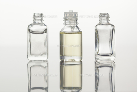 Glass flasks against a white backgroundの素材 [FYI00487695]