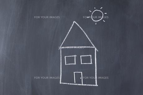 House and sun drawn on a blackboardの素材 [FYI00487696]