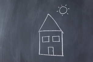 House and sun drawn on a blackboardの写真素材 [FYI00487696]