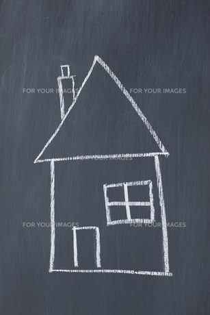 Simple house drawn on a blackboardの素材 [FYI00487713]