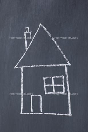 Simple house drawn on a blackboardの写真素材 [FYI00487713]