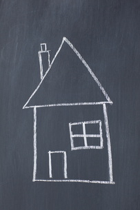 Simple house drawn on a blackboardの写真素材 [FYI00487713]