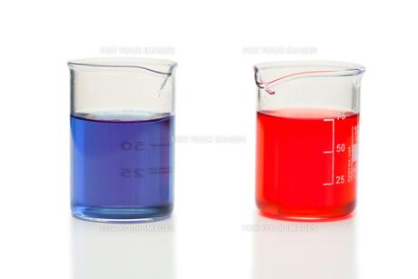 Red and blue liquid in beakersの写真素材 [FYI00487716]