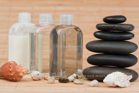 Sea shells with pebbles and glass phialの素材 [FYI00487725]