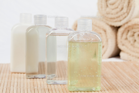 Close up of massae oil bottles and towelsの素材 [FYI00487730]