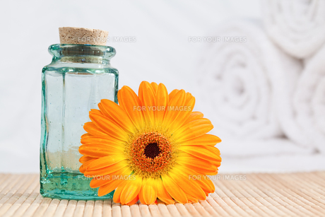 A glass phial and a sunflower with white towelsの素材 [FYI00487736]