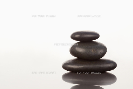 Black pebbles stack on a mirrorの素材 [FYI00487747]