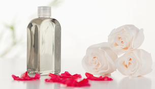 Glass flask with petals and rosesの写真素材 [FYI00487755]