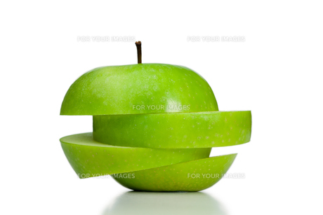 Apple cut into irregular slicesの写真素材 [FYI00487762]