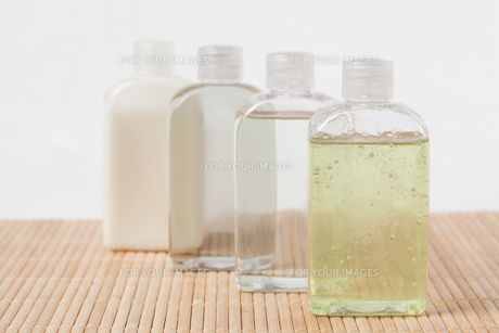 Massage oil bottlesの写真素材 [FYI00487772]