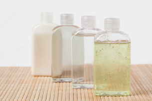 Massage oil bottlesの写真素材 [FYI00487772]