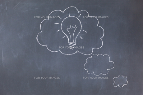 Cloud bubbles on a blackboardの写真素材 [FYI00487774]