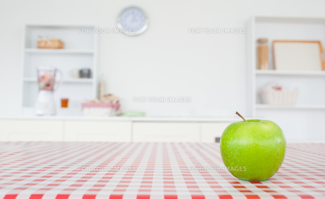 An apple on a tableclothの写真素材 [FYI00487783]