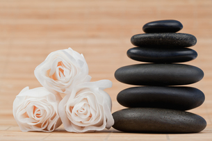 Close up roses and a black pebbles stackの素材 [FYI00487802]