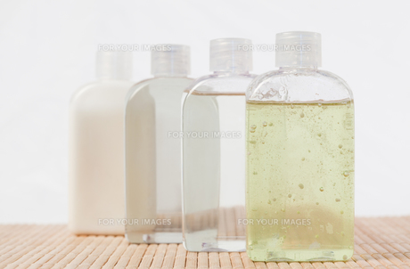 Close up of massage oil bottlesの写真素材 [FYI00487805]
