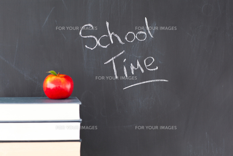 Books with a red apple and a blackboard withの写真素材 [FYI00487816]