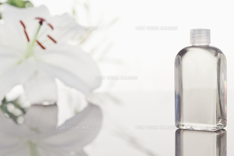 White orchid a glass phial with a camera focus on the objectの写真素材 [FYI00487831]