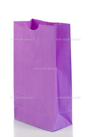 Purple paper bag oblique viewの写真素材 [FYI00487834]