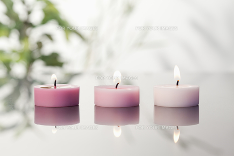 Lighted candles on a mirrorの写真素材 [FYI00487835]