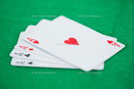 Card game aces on a green backgroundの写真素材 [FYI00487837]